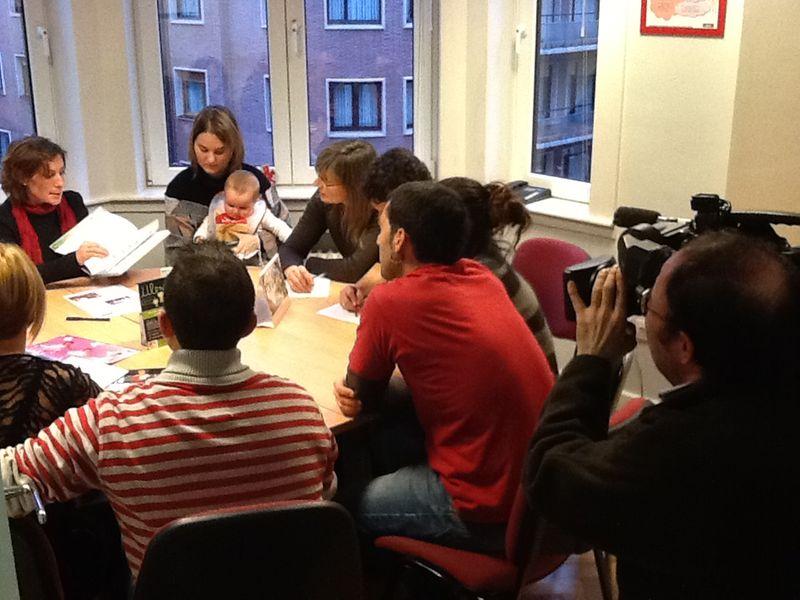 Un momento de la grabación durante una charla entre padres y madres